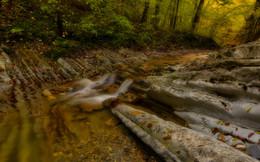 По каменным ступенькам / Ущелье , горная речка , каменные слои .  Выдумки природы .