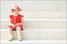 думы о важном / модель -- моя дочка. Полтора часа за ней носился по амфитеатру, пока она решила посидеть :)