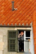 Покурить / Если идешь по высоченной крепостной стене хорватского Дубровника , то окна верхних этажей находятся на уровне глаз, и самое большое удовольствие - наблюдать рутинную жизнь горожан. Вспомнилось детство: тогда мы ходили и заглядывали в окна первых этажей на Стахановской. Дома строили еще пленные немцы, и окна, часто с отдернутыми занавесками, были тоже на уровне детских глаз. Я и сейчас не могу не заглянуть в окно.:))
