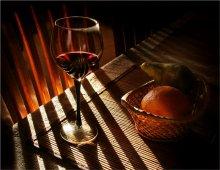 Вечерний бокал красного... / Не натюрморт...хотя и натюрморт.. Моё понимание настроения вечера хорошего красного вина... Спасибо В. Ведренко.