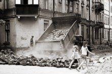 Время розбрасивать камни / street photo from Lwow