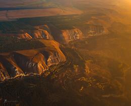 Вид на Боргуста́нский хребет на рассвете / Мне удалось полетать на дельтаплане, над окрестностями Кисловодска. На снимке Боргуста́нский хребет — горный хребет Большого Кавказа в системе Пастбищного хребта. Вершина хребта представляет собой платообразную поверхность. Имеет характер куэсты, сложенной глинами, песчаниками и известняками верхнего мела, с обрывистым южным и пологим северным склонами. На северном склоне расположены 3 комплексных природных заказника краевого значения: «Малый Ессентучок», «Большой Ессентучок» и «Бугунтинский». Фотопроект «Открывая Ставрополье». Октябрь, 2018.