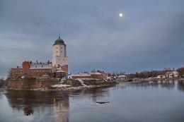 лунное утро Выборгского замка. / На замковом острове, окруженный водой есть белая башня Святого Олафа, она словно вырастает из гранита и вонзается в глубокую синеву северного неба.