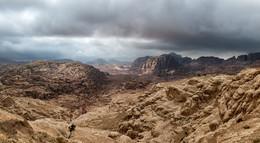 Тучи над Петрой (панорама) / Пустыня Вади Араба, Петра, Иордания