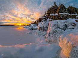 Суровая Ладога / Скалы и лёд на закате. Карелия. Ладожское озеро. Февраль, 2018 г. Приглашаю на фототур «Зимняя Ладога» с проживанием в коттедже. В группе всего 2 участника (для эффективного фотообучения). Есть одно свободное место на 5-ти дневный тур с 25 – 29 декабря этого года. Подробности здесь https://vk.com/topic-69994899_34929759 (контакт) и https://www.facebook.com/groups/1755505914709044/ (фейсбук).
