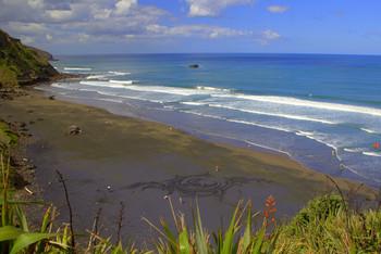Рисунок на черном песке / Рисунок на пляже периодически оставляет местный художник маори