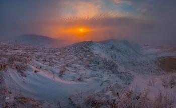 Зимний закат на горе Стрижамент / Зимняя степь на юго-западном склоне горы. Был туманный вечер, с очень сильным ветром. К закату солнце наконец-то пробилось, озаряя пейзаж картинным светом.  В западной части Ставропольского края над равниной поднимается Ставропольская возвышенность, глубоко изрезанная долинами и балками на продолговатые гряды с плоскими степными вершинами. Высшая точка Ставропольской возвышенности — гора Стрижамент (831 м). Фотопроект «Открывая Ставрополье». 18 декабря, 2018 г. При удачной погоде, гора Стрижамент кладезь живописных видов. Приглашаю посетить мои изученные места в фототуре «Удивительное Ставрополье». Описание тура на зимний период здесь: https://vk.com/topic-69994899_39361185 (контакт) и https://www.facebook.com/groups/1755505914709044/ (фейсбук).