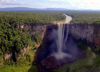 Водопад Кайчур 226м / ...