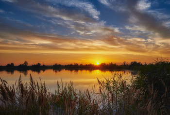 На закате у озера / Красочный летний закат