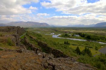 Геологический разлом / Тингветлир — это долина в сейсмоактивной зоне на линии тектонического разлома двух континентов: Европы и Северной Америки, проходящей через весь остров Исландия. Континентальные плиты медленно, но непрерывно расходятся, отдаляясь друг от друга со скоростью около двух сантиметров в год. Конечно, человеческому глазу невозможно увидеть расхождение континентов, но в Тингветлире прекрасно видны результаты этого грандиозного природного процесса, длящегося многие сотни тысяч лет. Со смотровой площадки хорошо видны огромные, глубокие трещины, протянувшиеся вправо и влево, и, буквально, разрывающие скальные породы тысячелетнего возраста.