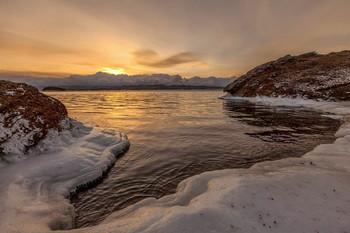 И было утро...и совсем не раннее... / Прямо по курсу, за темной полоской острова Ольхон, парИт туманом, не замерзший открытый Байкал... Байкал, Малое море, Хадарта, 22 декабря 2018 г. Желающие приобщиться к такой красоте-пишите в личку. Ориентировочно -март...на красивый лёд.