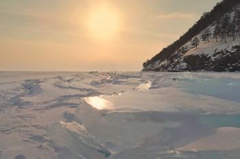 Солнечный проблеск / Морозный зимний день на Байкале заканчивается