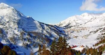 В Австрийских альпах / Зима в Альпах для любителей горных лыж-удовольствие и наслождение!  Горы таинственной вуалью  Вершины прячут от меня  Они накрывшись,словно шалью  Безбрежно смотрят в небеса....