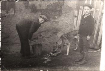 Два брата и собака / Кормление собаки примерно в 1966 году обратом принесенным с колхозной фермы для теленка.