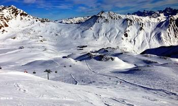 В Австрийских альпах / Воздушный океан-просторы  И воздух чист и разряжён  Как волны,плещут к небу горы  Которыми зыворожён..
