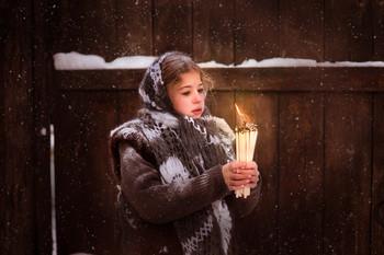 """""""Девочка со спичками"""" / Невероятно трогательная история от гениального сказочника Андерсена. Бедная девочка со спичками зажигала одну за другой спички и наблюдала за причудливыми тенями - картинами. Она то видела теплую печку, то восхитительного гуся, рождественскую елочку. Нищая, голодная девочка всего лишь хотела погреться зимним вечером..."""
