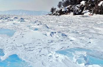 Байкальские торосы / Байкальские торосы на окраине посёлка Листвянка. Вдали видны горы противоположного берега, откуда берёт начало Ангара.