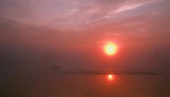 Рыбак в тумане. / Утренний туман на озере Сосновое.