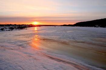 Весенний рассвет. / Весенний лёд на озере Исток.