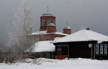 Пасмурно в морозный день. / Редкий прохожий повстречается зимой в деревне.