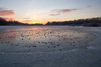 На рассвете. / озеро,мороз,лед