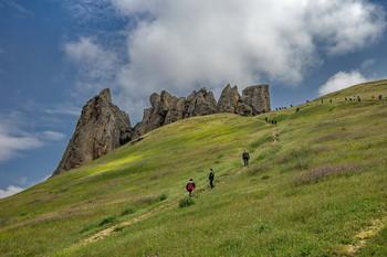 Паломники вокруг горы Бешбармаг / Снимок сделан в Азербайджане