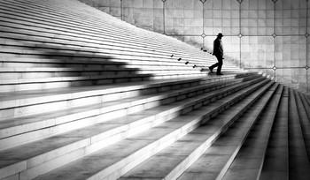 Вниз по ступеням. / Большая арка Дефанс,Париж.