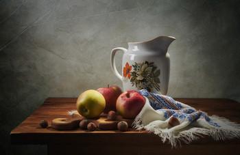 Кувшин и яблоки / Предметная композиция с яблоками