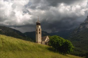Скоро грянет буря / Церковь Сан Валентино в местечке Кастелротто,перед грозой.