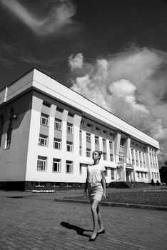 У здания суда / модель Даша Басина причёска Галина Князева