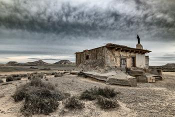 Дом Восходящего Солнца / Посреди пустыни под Сарагосой. Наварра, Испания
