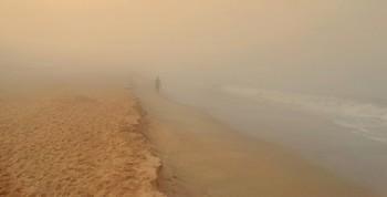 В тумане по берегу моря / Однажды, рано утром на побережье опустился густой туман, было тепло и очень влажно, как в бане. Тяжело дышалось, кто прогуливался и занимался пробежками.