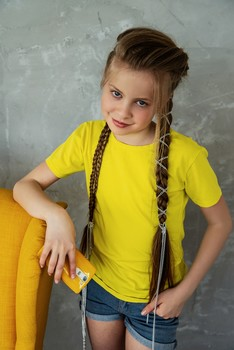 В жёлтой футболке / модель Юлиана Смирнова причёска Галина Князева