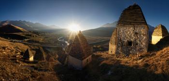 В тихий час, когда приходит вечер... / Закат в Городе Мертвых.  Северная Осетия. Даргавс. Осень.