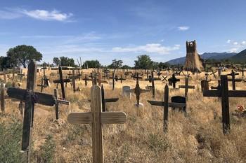 Кладбище в индейском pueblo. / Taos