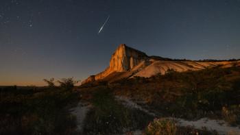 Загадать желание / Ночная съёмка , персеиды , закат полной луны . Крым , Белая скала . http://krymphoto.com/