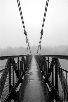 старый мост / Подвесной вантовый мост над рекой. Туман. Утро.