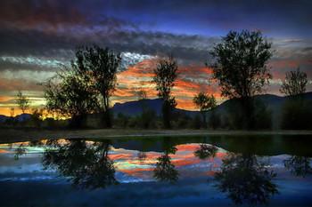 Отзеркаленный Чатыр-Даг / ...в озерце под Демерджи? НЕА, эт большущая мистическая лужа в Долине Привидений Крыма