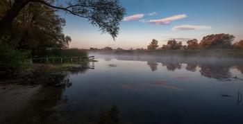 Скользит туман на зеркалу реки... / Скользит туман на зеркалу реки, И облачные лики отражаясь, Купаются в лучах пленительной зари, Волнительно с душой соприкасаясь... (Алтанец А.)