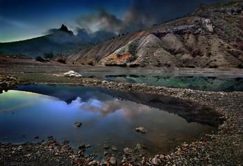 Белый камень на изумрудном озере / Изумительное Зеленогорье! И после Демерджи, это наверное самое лакомое место для фотографа в Крыму. Днём там нефик делать, только если с необычным состоянием атмосферы подвезёт. А вот в сумерках, оно реально оживает, и даже иногда местами «шевелится» :)