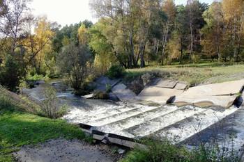 НА речке Лугавка / Искусственный водопад вытекающей речки Лугавка.