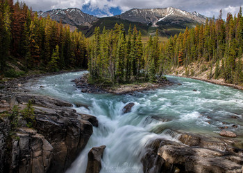 Все течет... / Водопад на реке Санвопта, которая течет через Скалистые горы. Национальный парк Джаспер, Канада