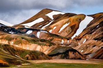 Акварель / Landmanalougar - цветные горы Исландии. Лично мне кажется, что в этом регионе почти все делают супер-крутые снимки, и для этого не обязательно быть хорошим фотографом. Достаточно на базовом уровне понимать композицию, цвет, свет, ну и иметь с собой подходящее оборудование. Вот и все.  Уже не первый год организую фото-туры в этот регион. Самое сложное там - не техника. Когда стоишь на вершине, а вокруг на 360 градусов такая вот красота, то с полоборота накрывает катарсисом. Это и прекрасно, и пугающе, и удивительно одновременно перед лицом невероятной природы. И руки опускаются, и снимать желание пропадает, потому что видишь, чувствуешь, понимаешь, что никаким снимком передать не получится, и всё будет лишь бледным отражением, как бы красиво не выглядело потом на экранах и на выставочных отпечатках. И да, так оно и есть. И все равно, пробуем и снимаем, и разочаровываемся, и снова возвращаемся в эти места. Но чем дальше, тем больше просто посмотреть и впитать, а не фотографировать.