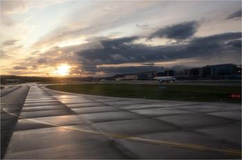 Чуть ночь превратится в рассвет / Аэропорт. Цюрих. Утро после дождя.
