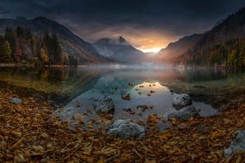 / Abends am Langbathsee mit einer Herbstlichen Stimmung.