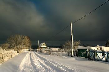 Поистине в первом снеге есть что-то колдовское. Он сводит любовников, заглушает звуки, удлиняет тени / Без описания