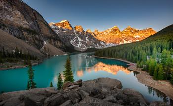 На восходе / Оз. Морейн, Национальный парк Банфф, Канада