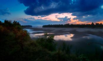Сумерки на реке / Вечер , интересное небо с оставшимися красками прошедшего заката , отсветы неба на реке , несколько кустов бузины с увядающими листьями . Река Кубань .