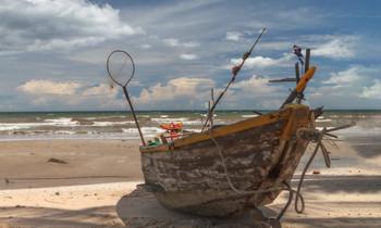 Южно-Китайское море / Вьетнам,рыбацкая деревня,сезон дождей,лодка