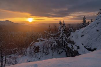 Рассвет в горах Таганая. / горы,рассвет, туман,зима